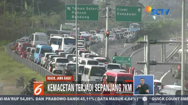 Kendaraan yang berasal dari wilayah Jabodetabek memadati kawasan puncak, Lembang, dan Tol Cipularang.