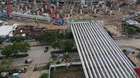 PT Jakarta Propertindo (Perseroda) atau Jakpro tengah melanjutkan pemasangan girder ke-14 dari 17 unit girder yang ditargetkan di pasang untuk ramp barat Jakarta International Stadium (JIS).