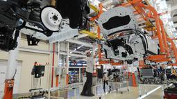 Pekerja merakit mobil All New BMW X3 xDriver20i di PT Gaya Motor, Sunter, Jakarta, Rabu (18/7). All New BMW X3 xDriver20i rakitan dalam negeri ditawarkan dengan harga Rp 1.009.000.000. (Merdeka.com/Dwi Narwoko)