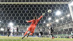 Kiper Paderborn, Michael Ratajczak gagal menjangkau bola  sepakan pemain Bayern, Corentin Tolisso yang masuk ke gawangnya pada laga Piala DFB Pokal di Benteler-Arena, Paderborn, (6/2/2018). Bayern menang telak 6-0. (AP/Martin Meissner)