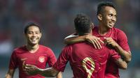 Para pemain Timnas indonesia merayakan gol Irfan Jaya ke gawang Myanmar pada laga persahabatan di Stadion Wibawa Mukti, Jawa Barat, Rabu (10/10). Indonesia menang 3-0 atas Myanmar(Bola.com/Vitalis Yogi Trisna)