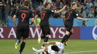Para pemain Kroasia merayakan gol yang dicetak Ivan Rakitic ke gawang Argentina pada laga grup D Piala Dunia di Stadion Nizhny Novgorod, Nizhny, Kamis (21/3/2018). Kroasia menang 3-0 atas Argentina. (AP/Ricardo Mazalan)