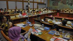 Suasana pertemuan antara KOI, KONI dan Komisi X, Jakarta, Senin (25/5/2015). Pertemuan tersebut membahas sejumlah masalah dan persiapan menjelang Sea Games 2015 yang digelar di Singapura. (Liputan6.com/Andrian M Tunay)