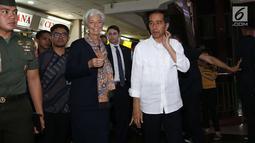 Presiden Jokowi mengajak Direktur Pelaksana IMF Christine Lagarde blusukan ke  Blok A Pasar Tanah Abang, Jakarta, Senin (26/2). Jokowi memperlihatkan betapa ramainya pusat perbelanjaan terbesar di Asia Tenggara tersebut. (Liputan6.com/Angga Yuniar)