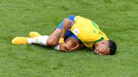 Penyerang timnas Brasil, Neymar mengerang kesakitan di atas lapangan pada babak 16 besar Piala Dunia 2018 melawan Meksiko di Samara Arena, Senin (2/7). Neymar dinilai bersikap berlebihan saat dijatuhkan lawan dalam duel di lapangan. (AFP/SAEED KHAN)