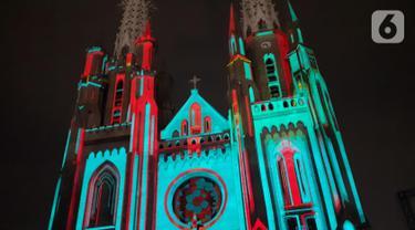 Cahaya warna warni menghiasi Gereja Katedral saat pemutaran video mapping tentang sejarah Kongres Pemuda II , Jakarta, Minggu (27/12/2019). Pemutaran video mapping ini untuk memperingati Hari Sumpah Pemuda ke-91 dan berlangsung hingga 28 Oktober. (Liputan6.com/Helmi Fithriansyah)
