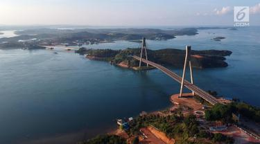 Foto udara pemandangan dari jembatan Barelang di Batam, Kepulauan Riau, Senin (7/5). Barelang merupakan singkatan dari BAtam, REmpang, dan gaLANG. (Liputan6.com/Arya Manggala)