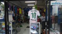 Jersey tak resmi Lechia Gdank milik Egy Maulana Vikri sudah diserbu publik Bandung. Penjualannya bahkan mengalahkan kostum Persib Bandung. (Bola.com/Muhammad Ginanjar)