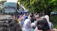 Warga antre naik bus wisata ke Kota Tua.