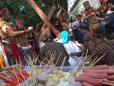 Teatrikal Jalan Salib Saat Peringatan Wafatnya Isa Almasih di Semarang
