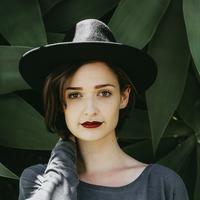 Ilustrasi memakai lipstik matte. (Unsplash.com/Matheus Ferrero).