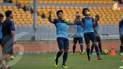 Guna menghadapi tim Korea Utara April 25 Sport Club Kapten Timnas Indonesia Ahmad Bustomi terlihat berlatih serius di Stadion GBK Jakarta (Liputan6.com/ Helmi Fithriansyah)