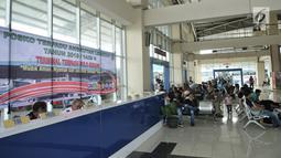 Aktivitas calon pemudik saat menunggu bus di Terminal Pulo Gebang, Jakarta, Minggu (3/6). Mudik lebih awal dipilih untuk menghindari kemacetan serta penumpukan penumpang. (Merdeka.com/Iqbal Nugroho)