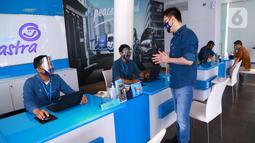 CEO Asuransi Astra, Rudy Chen berbincang dengan frontliner pada peringatan Hari Pelanggan Nasional (Harpelnas) di Garda Center TB Simatupang, Jakarta, Jumat (4/9/2020). Rudy Chen berharap frontliner selalu memberikan layanan terbaik kepada pelanggan. (Liputan6.com/HO/Eko)