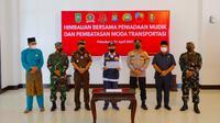 Gubernur Riau Syamsuar membacakan deklarasi larangan mudik lebaran di Riau. (Liputan6.com/M Syukur)