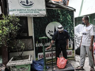 Sejumlah siswa saat memberikan kantong berisi sampah anorganik di Bank Sampah Majelis Taklim, Kecamatan Koja, Jakarta, Rabu (12/8/2020). Sebagai bentuk kepedulian sosial terhadap dunia pendidikan dan meningkatkan kesadaran anak untuk tidak membuang sampah sembarangan. (merdeka.com/Iqbal S. Nugroho)