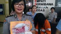 Polisi menunjukkan barang bukti hasil pembobolan ATM seorang perempuan di Kota Malang, Jawa Timur (Liputan6.com/Zainul Arifin)