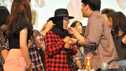 Kiki CJR saat menyuapkan potongan kue ulang tahun ke sang mama, Jakarta, Minggu (4/1/2015). (Liputan6.com/Panji Diksana)