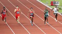 Sprinter Indonesia, Lalu Muhammad Zohri (tengah) saat lari nomor 100 meter putra pada semifinal atletik Asian Games 2018 di Stadion Utama GBK, Jakarta (26/8). Lalu Muhammad Zohri maju ke babak final. (Liputan6.com/Fery Pradolo)