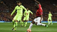 Romelu Lukaku melepaskan tendangan pada leg 1, babak perempat final Liga Champions yang berlangsung di Stadion Old Trafford, Manchester. Kamis (11/4). Barcelona menang 1-0 atas Man United. (AFP/Oli Scarff)