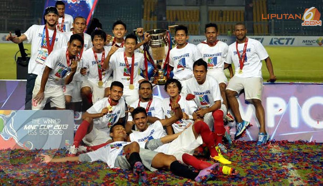 Para pemain Timnas Indonesia U23 berfoto bersama tropi juara dalam sebuah turmanen mini MNC Cup yang diikuti beberapa negara di Asia (Liputan6.com/Helmi Fithriansyah).