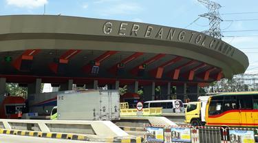 Keramaian pintu gerbang tol Cikupa, Tangerang. Diprediksi kepadatan akan terjadi naik 7-8 persen dibanding 2017 saat libur Natal dan Tahun Baru.