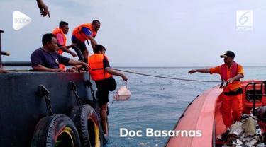 Basarnas menemukan serpihan-serpihan di perairan Karawang Jawa Barat, lokasi jatuhnya pesawat Lion Air JT 610.