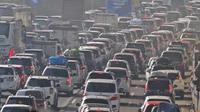 Kendaraan melintas di KM 28 Tol Jakarta - Cikampek, Jawa Barat, Kamis (30/5/2019). Memasuki H-6 Lebaran 2019, adanya peningkatan volume lalu lintas di Jalan Tol Jakarta-Cikampek arah Cikampek mengakibatkan kepadatan. (Liputan6.com/Herman Zakharia)