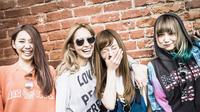 Para personel band Scandal tampak memamerkan wajah tercantiknya di videoklip single baru mereka, Stamp!