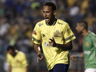 Pemain Brasil, Neymar, merayakan gol yang dicetak saat laga amal di Stadion Pacaembu, Brasil, Jumat (23/12/2016). Bintang Barcelona ini bersama sejumlah atlet Brasil menggelar pertandingan guna mengenang tragedi Chapecoense. (AFP/Miguel Schincariol)