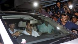 Aktor tampan Salman Khan duduk di dalam mobil saat meninggalkan pengadilan di Mumbai, India, Rabu (6/5/2015). Salman Khan dijatuhi hukuman penjara selama lima tahun setelah terbukti bersalah dalam kasus tabrak lari pada 2002. ( REUTERS/Stringer)