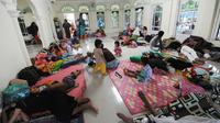Pengungsi bencana tsunami beristirahat di sebuah masjid di Tenjolahang, provinsi Banten, Rabu (26/12). Tsunami Selat Sunda menerjang kawasan pesisir pantai di Pandeglang, Serang, Banten dan Lampung Selatan pada 22 Desember 2018. (Sonny TUMBELAKA / AFP)