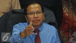 Menko Kemaritiman dan Sumberdaya Rizal Ramli memberikan pernyataan usai melakukan pertemuan dengan perwakilan masyarakat Maluku di Gedung BPPT, Jakarta, Rabu (7/10/2015). Pertemuan membahas perkembangan Blok Masela. (Liputan6.com/Helmi Fithriansyah)