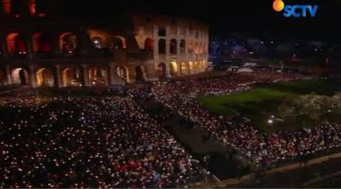 Tradisi jalan salib dengan 14 perhentian ini dihidupkan kembali sejak 1964. Salib dibawa memutari Coloseum oleh sejumlah pelajar.