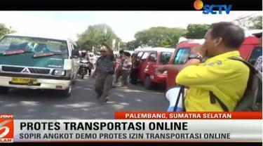 Dalam unjuk rasa ini sejumlah sopir angkot juga menghentikan angkutan umum lain yang melintas. Akibatnya banyak penumpang menjadi telantar.