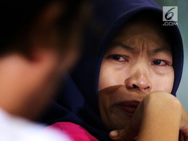 Terpidana kasus pelanggaran UU ITE Baiq Nuril menangis saat berbicara dalam diskusi Dialektika Demokarasi di Kompleks Parlemen Senayan, Jakarta, Rabu (10/7/2019). Diskusi mengambil tema 'Baiq Nuril Ajukan Amnesti, DPR Setuju?. (Liputan6.com/JohanTallo)