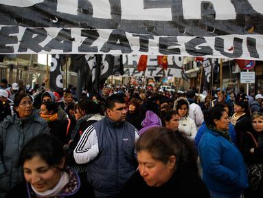 Puluhan ribu pekerja berkumpul di Plaza de Mayo, Buenos Aires, Argentina, Selasa (22/8). Kelompok serikat pekerja Argentina unjuk rasa memadati jalanan ibukota. (Victor R. Caivano/AP)