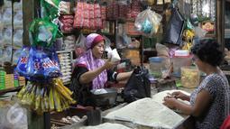 Aktivitas jual beli sembako di Pasar Senen, Jakarta, Senin (28/12/2015). Menjelang akhir tahun harga sejumlah kebutuhan pokok di pasar tradisional rata-rata mengalami kenaikan hingga 20%. (Liputan6.com/Angga Yuniar)