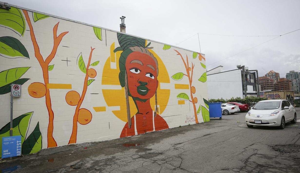 Mural terlihat selama Festival Mural Vancouver di Vancouver, British Columbia, Kanada, 20 Agustus 2020. Festival tahunan tersebut menampilkan lebih dari 60 karya seni publik yang diresmikan di sembilan lokasi seluruh kota. (Xinhua/Liang Sen)