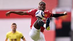Gelandang Manchester United, Paul Pogba, mengontrol bola saat melawan Burnley pada laga Liga Inggris di Stadion Old Trafford, Minggu (18/4/2021). MU menang 3-1 Burnley. (Photo by STU FORSTER/POOL/AFP)