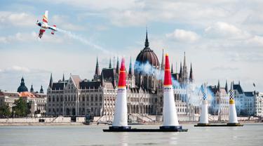 Pilot asal Spanyol, Juan Velarde melakukan manuver pada pesawatnya saat mengikuti Kejuaraan Dunia Red Bull Air Race 2016 di atas Sungai Danube, Budapest, Hongaria (17/7). (Aron Suveg/Red Bull Content Pool)