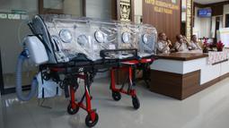 Petugas kesehatan Pelabuhan Kelas II Panjang menunjukkan tampilan utuh tandu pelindung di Lampung (28/1/2020). Dalam tandu pelindung ini, orang yang diduga terpapar corona tetap bisa bernafas karena ada filterisasi yang menjaga udara dalam ruangan yang memiliki tekanan negatif. (AFP/Perdiansyah)