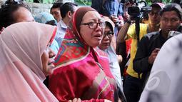 Isak tangis Utami,istri komedian Ferrasta Soebardi alias Pepeng, tak terbendung saat jenazah suaminya tiba di rumah duka di kawasan Cinere, Depok, Rabu (6/5/2015). Pepeng meninggal dunia di usia 60 tahun. (Liputan6.com/Helmi Afandi)