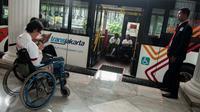 Trans Jakarta menyediakan Bus TJ Care, Balaikota, Jakarta, Senin (17/4). Bus ini berfungsi untuk mengantarkan penyandang disabilitas dari rumah ke halte disabilitas dan sebaliknya. (Liputan6.com/Gempur M Surya)