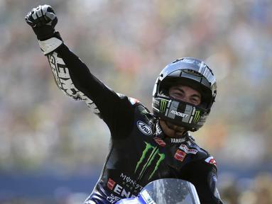 Pebalap Yamaha, Maverick Vinales, melakukan selebrasi usai menjuarai MotoGP Belanda di Sirkuit Assen, Belanda, Minggu (30/6/2019). Vinales sukses menjadi juara dengan catatan waktu 40 menit 55,415 detik. (AP//Peter Dejong)