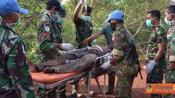 Citizen6, Kongo: Kontingen Indonesia sedang mengevakuasi para korban kecelakaan.