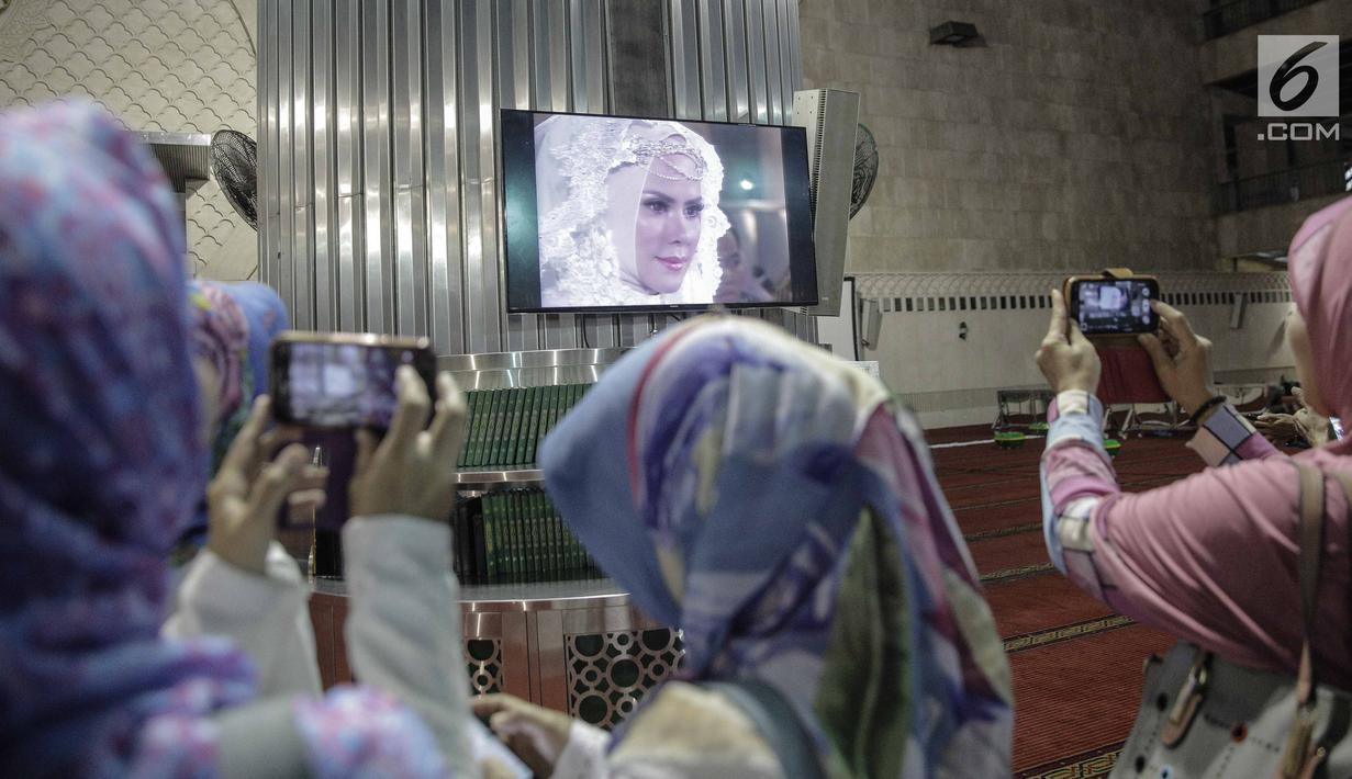 Masyarakat dan jemaah menyaksikan prosesi akad nikah Vicky Prasetyo dan Angel Lelga di Mesjid Istiqlal, Jakarta, Jumat (9/2). Kebahagiaan begitu tecermin dari wajah pasangan tersebut setelah dinyatakan sah sebagai suami istri. (Liputan6.com/Faizal Fanani)