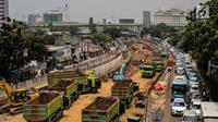 Kendaraan melintas di dekat proyek Underpass Mampang, Jakarta, Kamis (14/9). Pembangunan underpass ini diharapkan bisa mengurangi kemacetan terutama pada simpang Kuningan dan simpang Mampang Prapatan. (Liputan6.com/Faizal Fanani)
