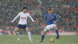Pemain Tottenham Hotspur Son Heung-min Foyth berebut bola dengan pemain Rochdale, Callum Camps pada laga ulangan (replay) babak 16 besar Piala FA di Satdion Wembley, Kamis (1/3). Tottenham Hotspur maju ke perempat final usai menang 6-1. (AP/Matt Dunham)