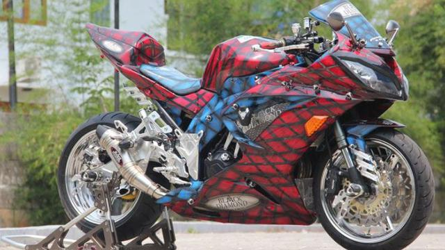 Gagahnya Modifikasi Kawasaki Ninja 250 Tema Spiderman